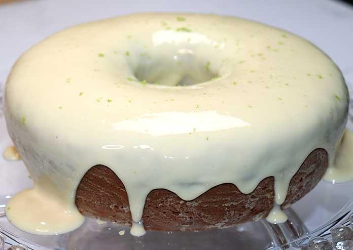 Decore o bolo verde com raspas de limão após colocar a cobertura
