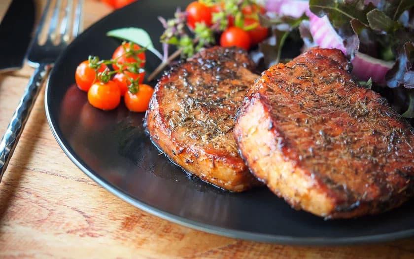 Bisteca de porco com molho de vinho