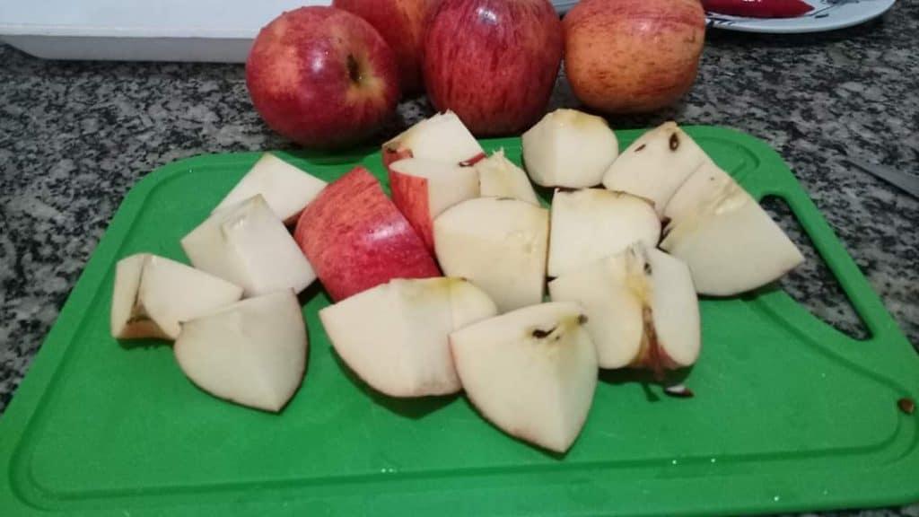 Lave bem as maçãs e corte em 4 pedaços. Não precisa tirar a casca nem as sementes.