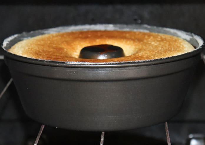 Deixe o bolo engorda marido no forno até que fique dourado