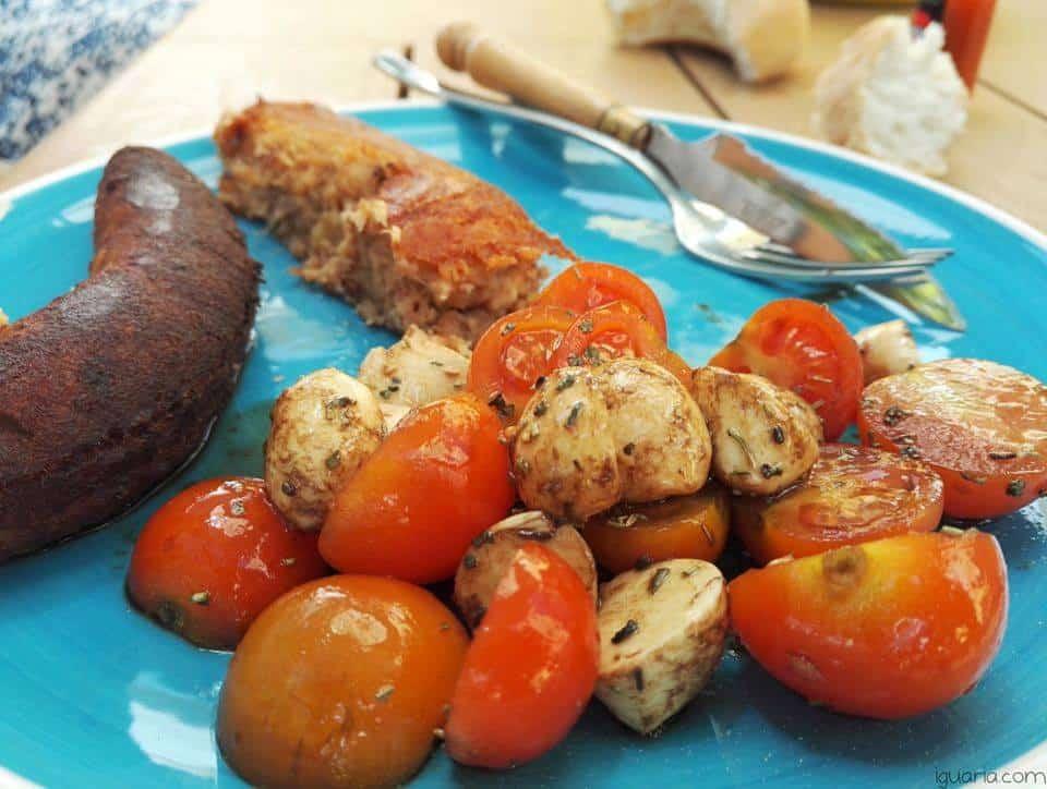 Receita de Alheira Frita com Salada de Tomate e Muçarela