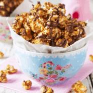 Receita de Pipoca gourmet de caramelo, chocolate e amendoim