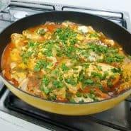 Receita de Filé de peixe com batatas e molho de tomate