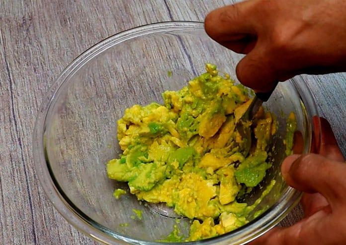 Use um garfo para amassar o abacate