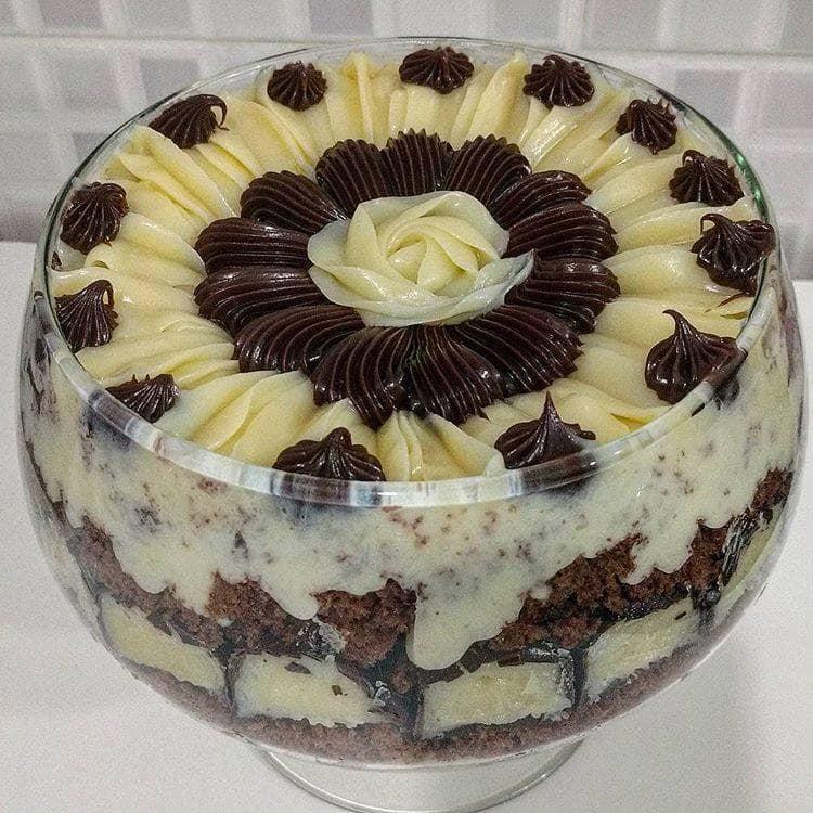 Receita de Receita de Bolo de chocolate cremoso com recheio de coco e cobertura de brigadeiro