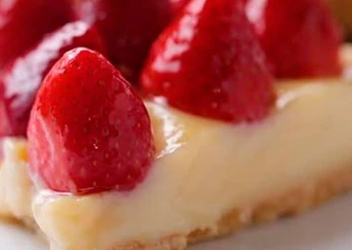 Receita de Torta low carb de Brigadeiro Branco e Morangos