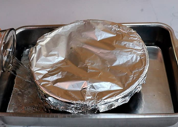 Asse o brigadeirão de forno em banho-maria