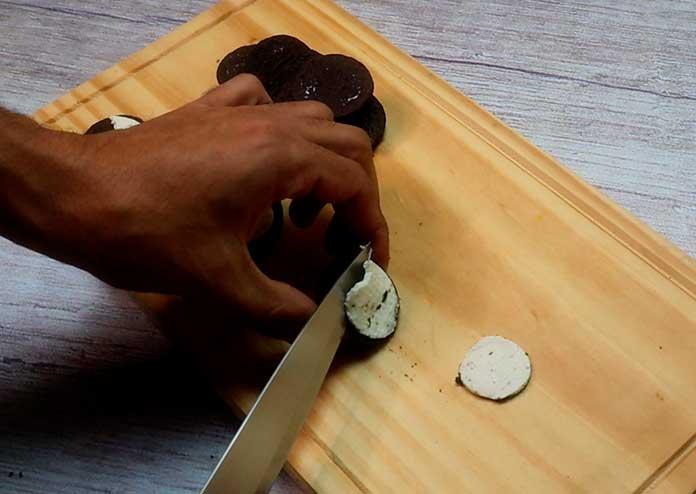 Separe os recheios do oreo para preparar a musse